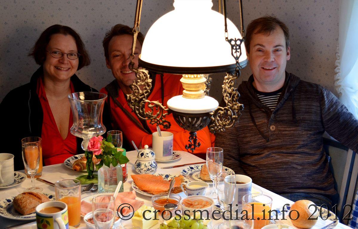 Martina feiert in der Küche vom Friesenhaus Sander ihren 40. Geburtstag mit Michael und Uwe